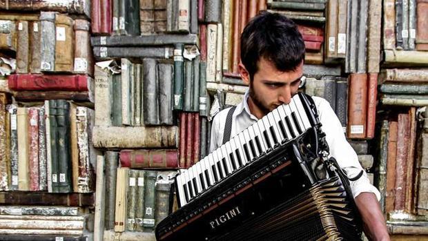 Large_raffaele_damen__fisarmonica_a_piano__1-9993-kht-u10603213920956vvd-700x394_lastampa.it